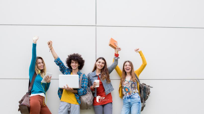 Estudiantes sonriendo con los brazos alzados en el post 10 razones para estudiar Ciclos Formativos de Grado Superior